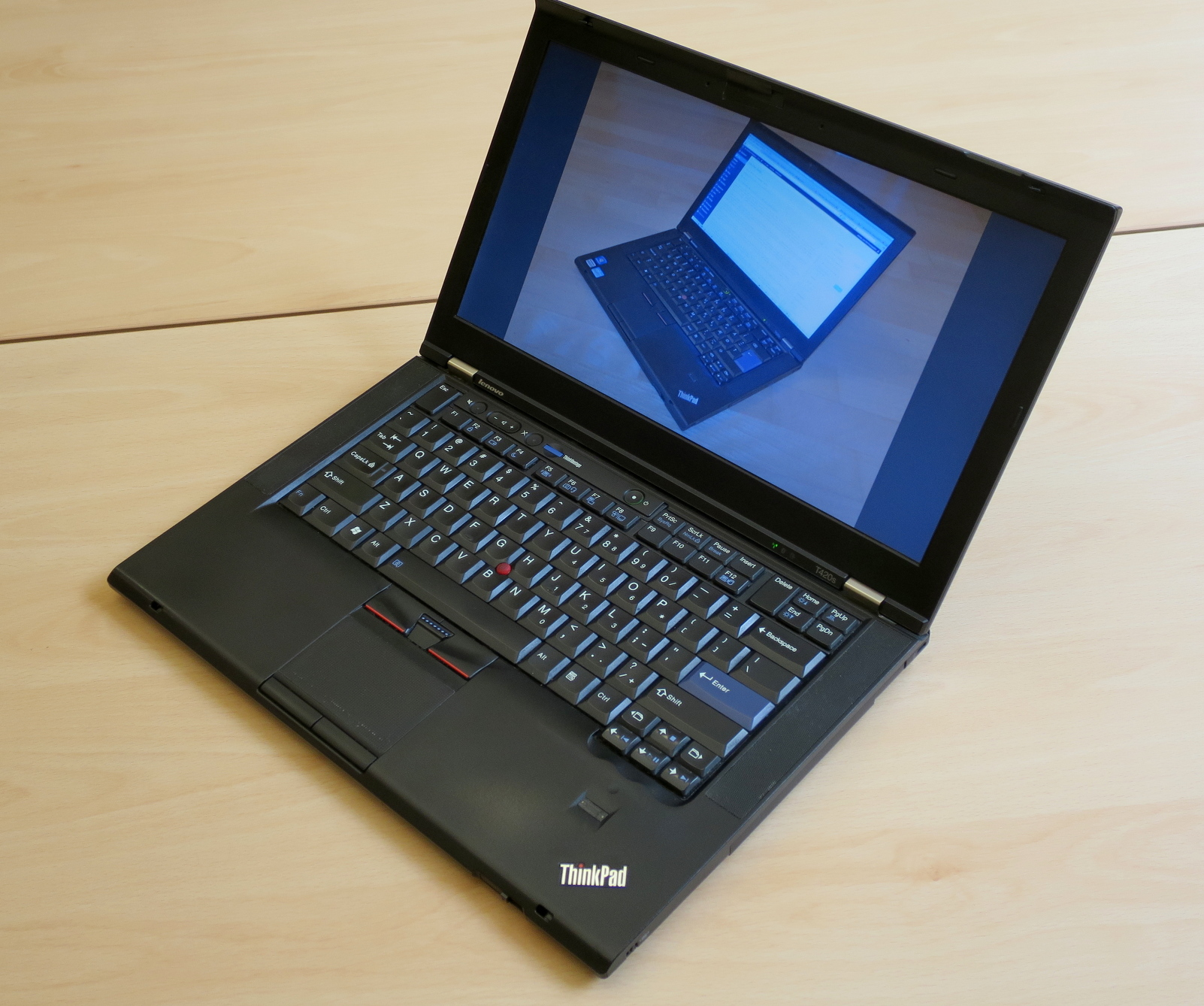 Thinkpad T420s showing a picture of its younger self
